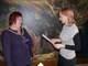 Przewodnicząca Komisji Wyborczej Dorota Staniów przekazuje zaświadczenie potwierdzające wybór Róży Malik na stanowisko Burmistrza Prószkowa