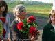 Pani Ingeborg otrzymuje od dzieci piwonie/pfingstrosen. Sa to stałe bywalczynie śląskich ogrodów.