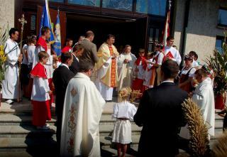 Przed kościołem Ducha Św. w Winowie