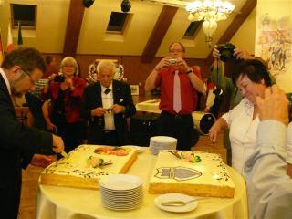 Wspólne krojenie tortu z lewej Burmistrz Dr Eberhard Fennel z prawej Burmistrz Róża Malik