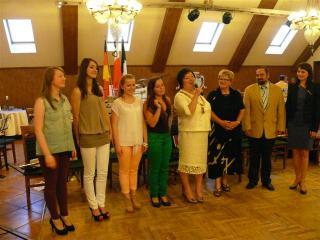 Uczniowie PG w Prószkowie wraz z dyrektor Joanną Rasch i dyrektorem Wigbertschule Alfredem Helgert