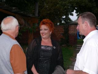 rozmowy z wykonawcami - z prawej dyr. ds. kultury Joachim Konsek, z lewej były wójt Bernard Lellek