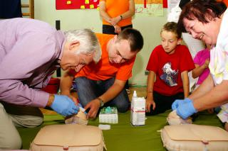 prof. Jerzy Buzek i burmistrz Prószkowa Róża Malik uczą się jak ratować życie