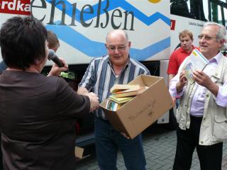 Goście z Huenfeld przekazują książki dla biblioteki w Prószkowie