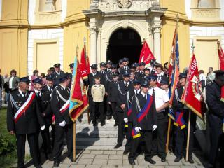 Strażacy naszej gminy przed kościołem w Dub nad Moravou