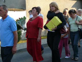 Procesją mieszkańcy i goście udali się do domu pani Marii