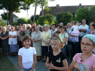 Goście przed domem jubilatki