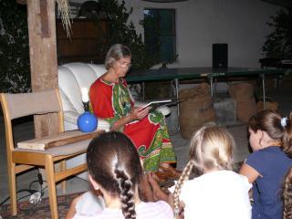 Bajkę Jaś i Małgosia czyta p. Ingeborga Odelga