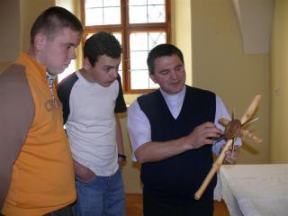 Ks Kornek opowiada o krzyży zrobionym z rogów