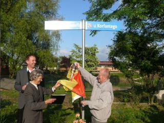 Odsłonięcia dokonują Ingeborg Odelga, Norbert Rasch oraz Jerzy Krueger